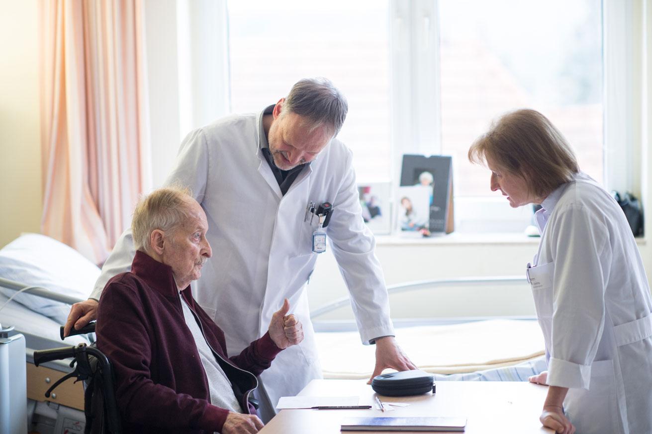 Arzt beim Patient