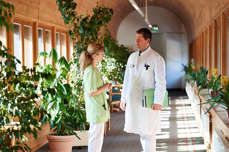 Arzt und Schwester im Gespräch