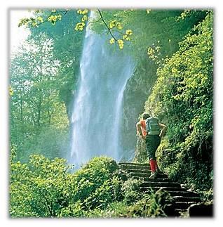 Fußweg am Wasserfall