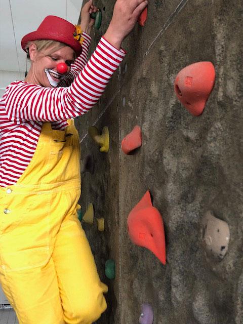Clown an der Kletterwand