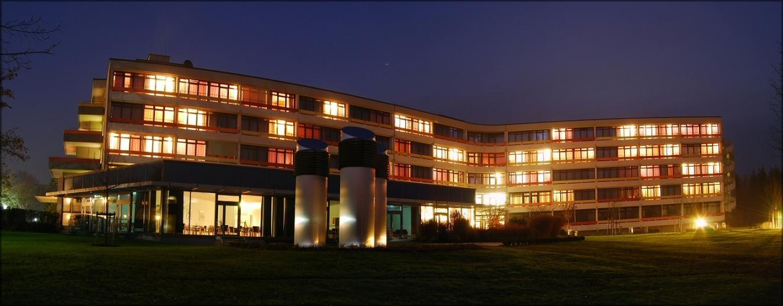 Klinikansicht bei Nacht