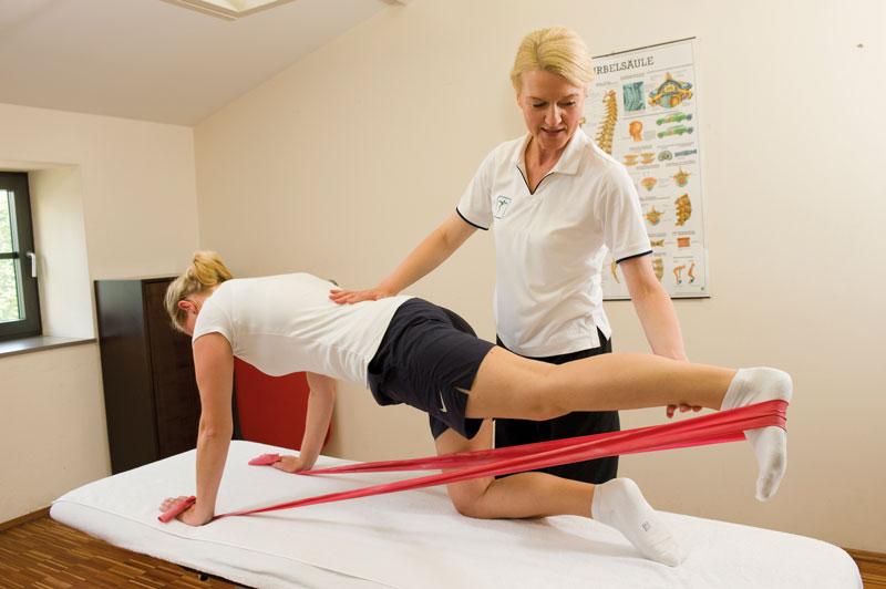 Physiotherapeutin zeigt Übungen