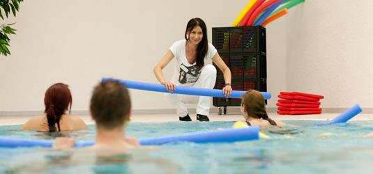 Bewegung im Schwimmbad